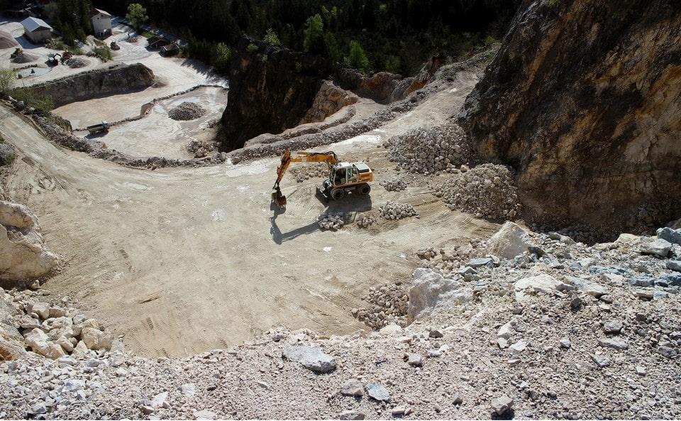 Руду добывают открытым способом