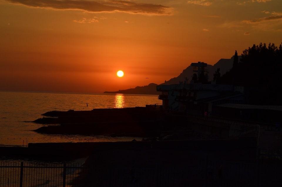 Так бухта выглядит на закате солнца
