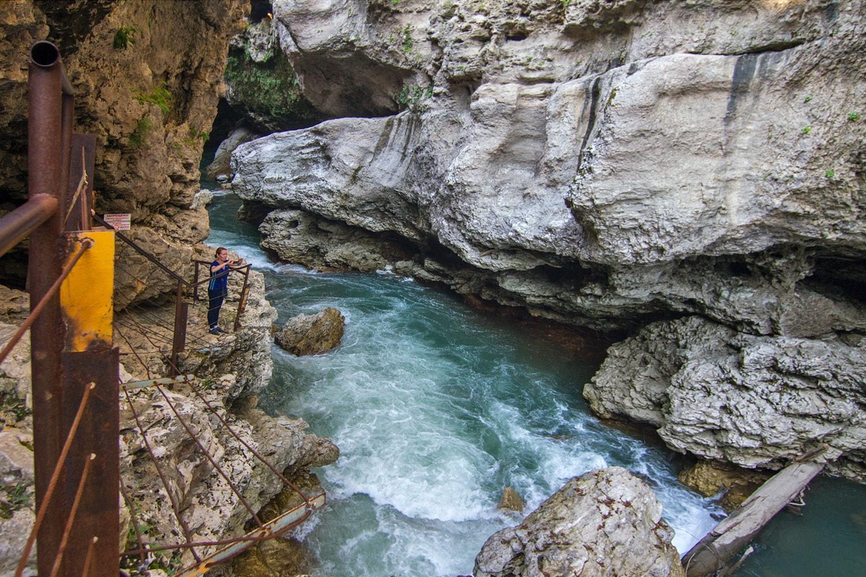 Тропа в каньоне оборудована лестницами и перилами