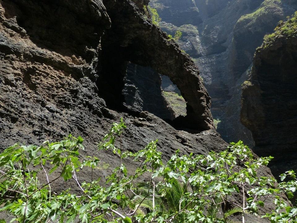 Такие виды открываются с тропы в ущелье Маска