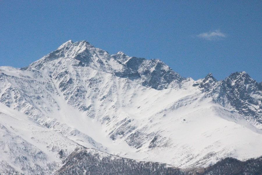 От крепости открывается вид на заснеженные вершины Кавказа