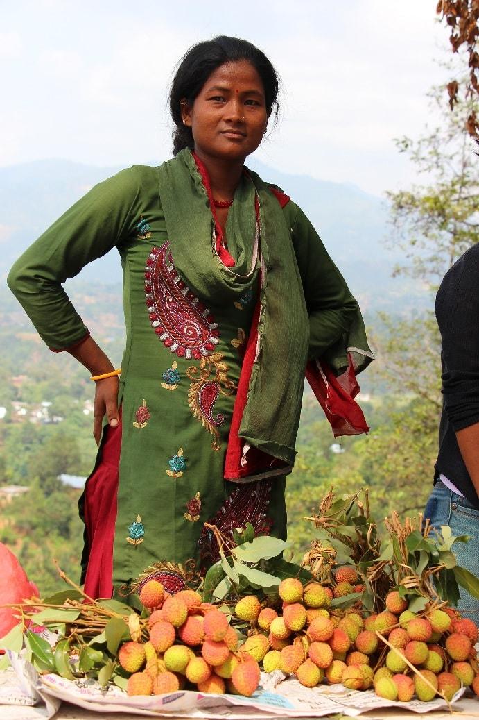 Местные жители продают экзотические фрукты
