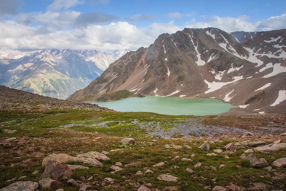 Купаться в озере невозможно даже в разгар лета, поскольку вода очень холодная