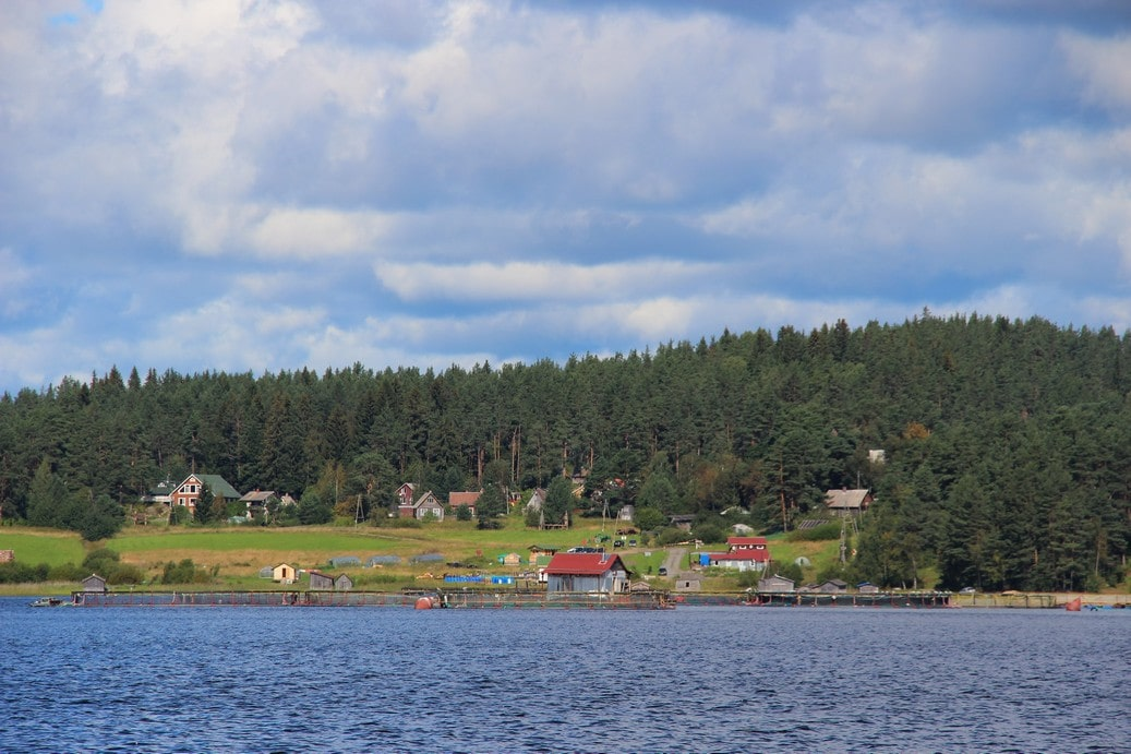 Поселок раскинулся на берегах трех озер