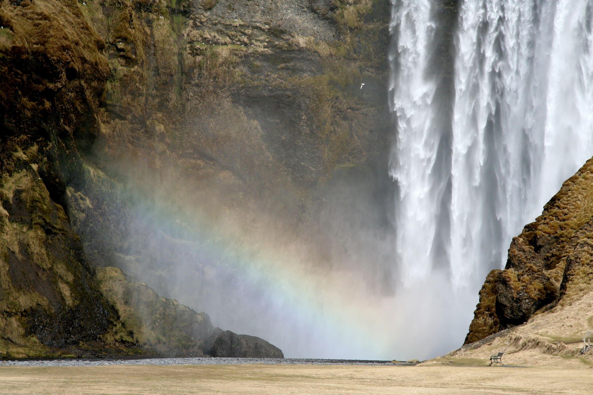 В солнечную погоду над водопадом может появиться радуга