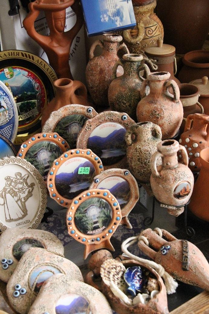 Даже сувениры свидетельствуют о древнем возрасте города