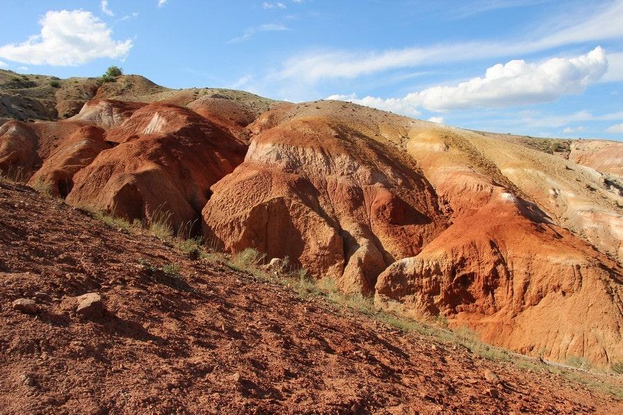 Гора сложена породами красного цвета