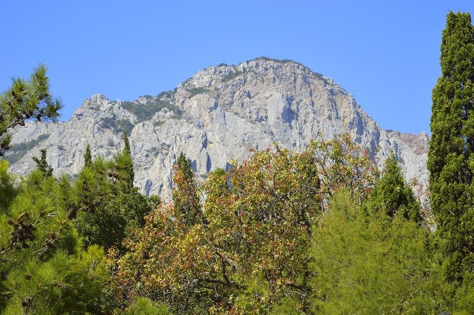 Гору украшают скальные обрывы