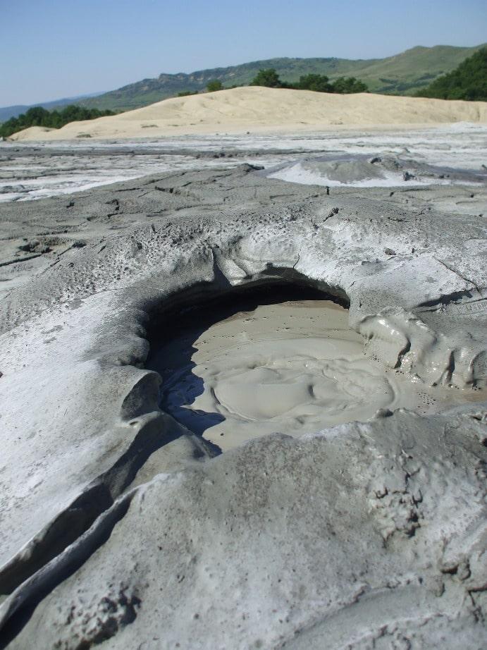 В окрестностях Пика Чехова туристы посещают грязевой вулкан
