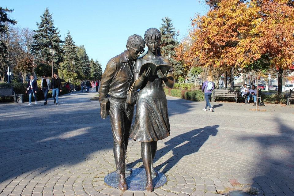 Памятник Шурику и Лидочке
