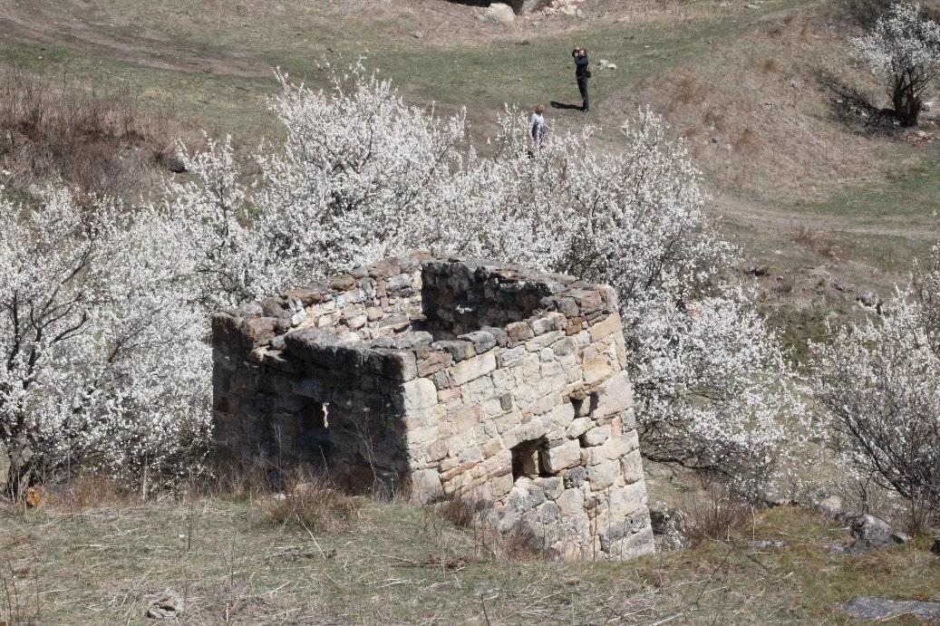 Возле дороги встречаются древние руины