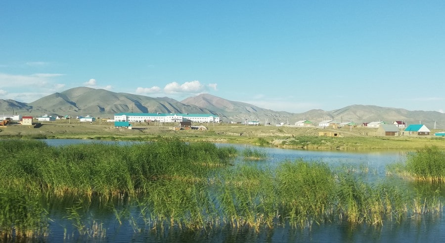 Окрестности небольших озер представляют собой настоящие оазисы