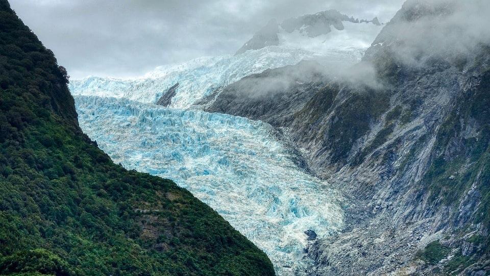 Ледник напоминает бурную горную реку