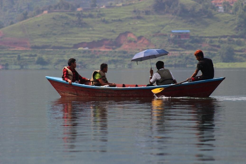 Водная прогулка по озеру Фева - это настоящая медитация