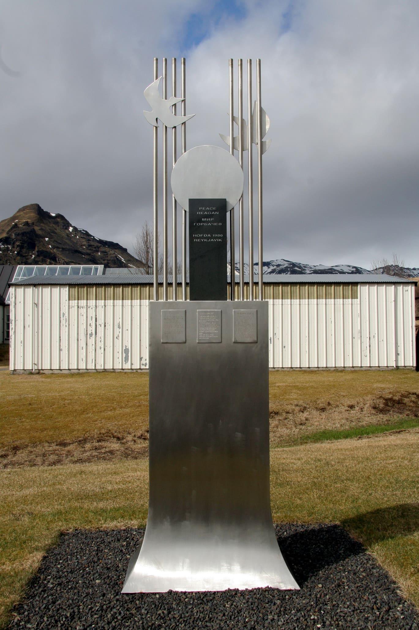 Памятник, посвященный встрече Горбачева и Рейгана