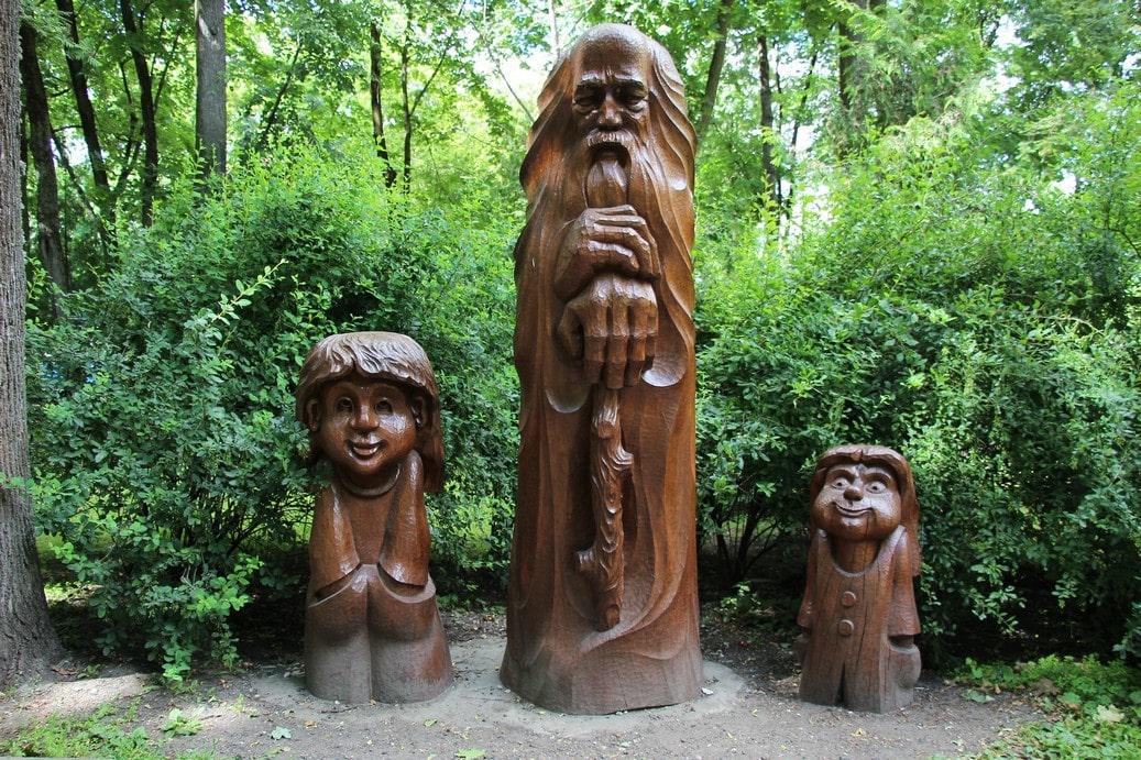 В парке деревянных скульптур можно встретить самых разных сказочных персонажей