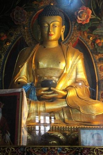 На склоне Качканара стоит буддийский монастырь Шедруб Линг