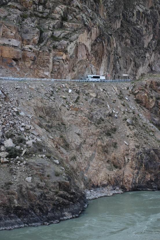 В ущелье дорога идет по берегу реки