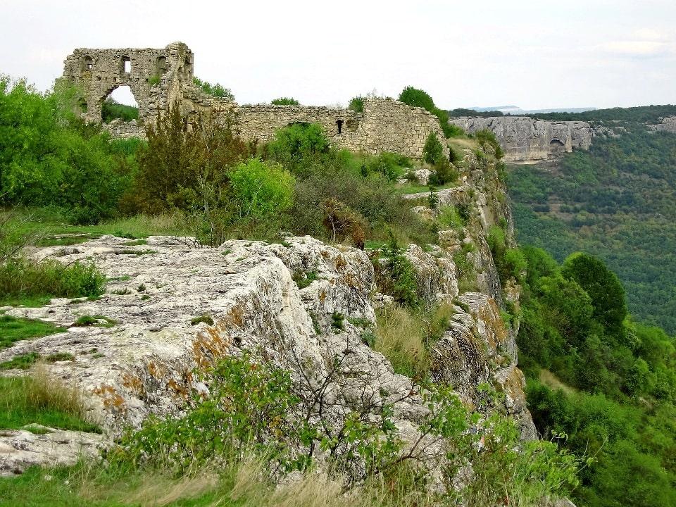 Город-крепость высится на неприступной скале