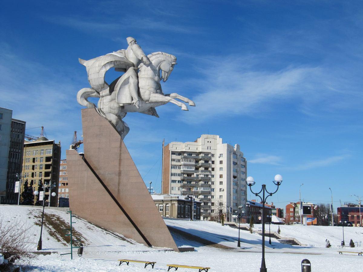 Одним из символов Владикавказа является памятник Исса Плиеву, дважды Герою Советского Союза