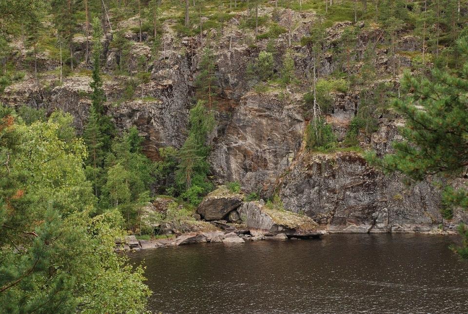 Озеро имеет скалистые берега