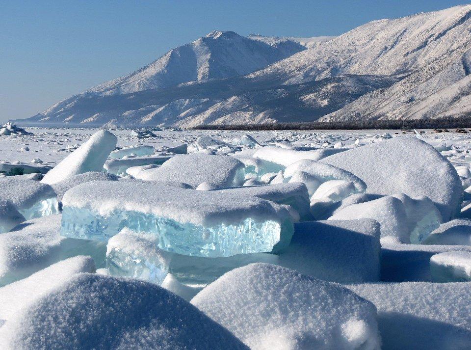 Зимней достопримечательностью является сверхпрозрачный байкальский лед