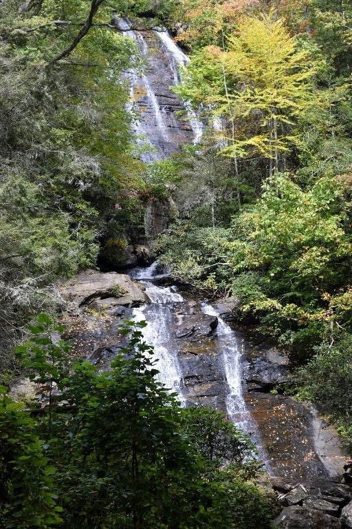 В окрестностях Степанцминды бурлит красивый водопад
