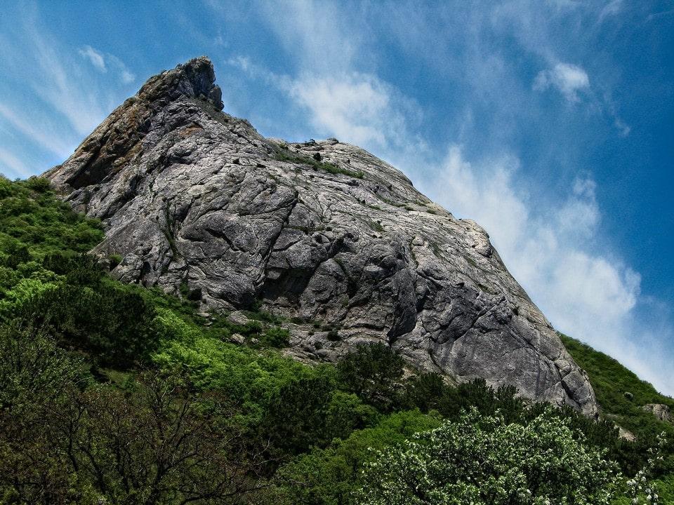 Ущелье обрамляют живописные скалы
